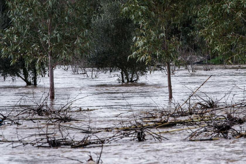 Καιρός ΤΩΡΑ: Η κακοκαιρία δείχνει τα «δόντια» της – Διακοπές ρεύματος, πλημμύρες και κατολισθήσεις