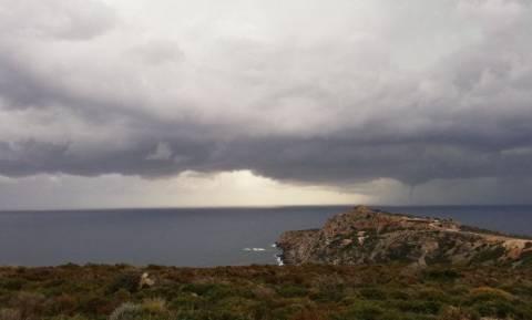 Καιρός: Μοναδικές εικόνες από υδροστρόβιλο δυτικά των Χανίων (pics+vid)