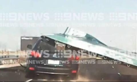 Τρόμος στο δρόμο: Πινακίδα πέφτει πάνω σε αυτοκίνητο σε δρόμο της Μελβούρνης