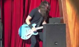 Τρομακτικό! Η στιγμή που ο Dave Grohl των Foo Fighters πέφτει από τη σκηνή (vid)