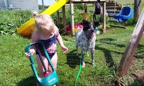 Όταν τα παιδιά παίζουν με το νερό! (vid)