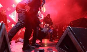 Η γιορτή βάφτηκε με αίμα: Καρέ – καρέ η στιγμή της επίθεσης με μαχαίρι στον δήμαρχο του Γκντανσκ