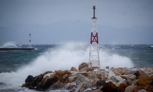 Κακοκαιρία: Πλοία «παλεύουν» με τα κύματα στα λιμάνια της Κρήτης - Πού ισχύει απαγορευτικό απόπλου