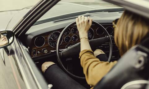 Οδηγός έδειξε το στήθος της σε τσακωμό με άλλη γυναίκα οδηγό (video)