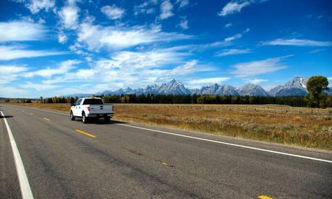 Τεράστια πινακίδα καταπλάκωσε διερχόμενο όχημα σε αυτοκινητόδρομο