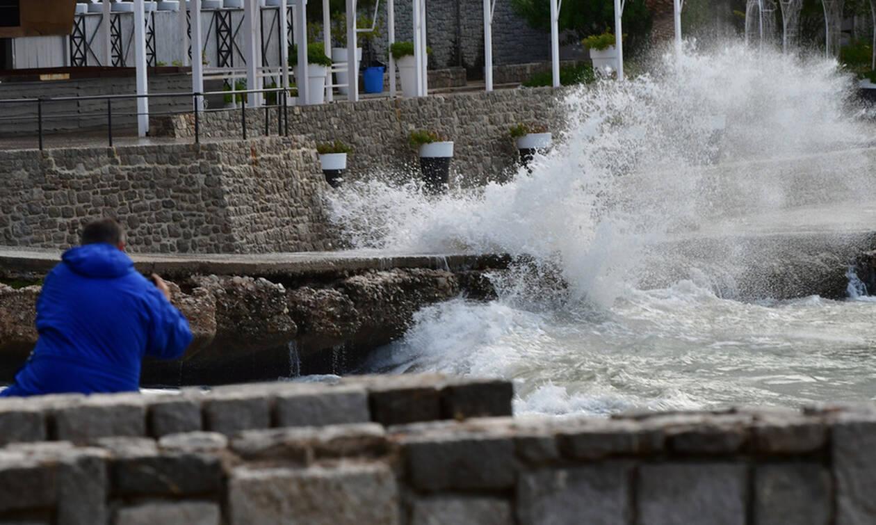 Καιρός: Οι θυελλώδεις άνεμοι έχουν «σηκώσει» στον αέρα τη χώρα  - Φτάνουν και τα 130 χλμ/ώρα (pics)