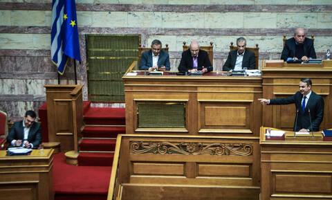Ψήφος εμπιστοσύνης: Σφαγή Τσίπρα – Μητσοτάκη για τα μάτια του Αποστολάκη