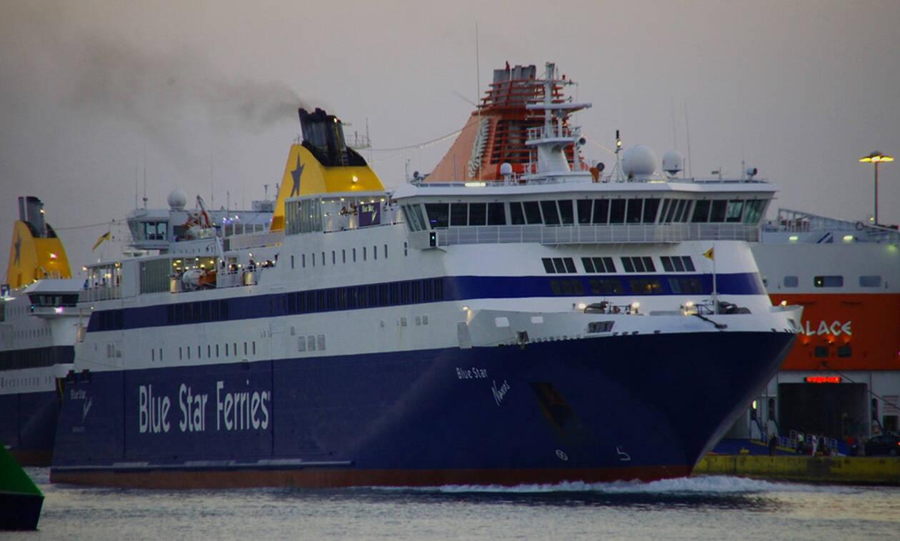 Κυκλάδες: Πελώρια κύματα «καταπίνουν» το Blue Star Naxos μεσοπέλαγα (vid)