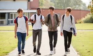 Δείτε τι κάνουν ένα μάτσο έφηβα αγόρια την ώρα του διαλείμματος (vid)
