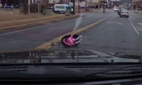 Σοκαριστικό βίντεο: Μωρό πέφτει από το αυτοκίνητο στο δρόμο εν κινήσει (vid)