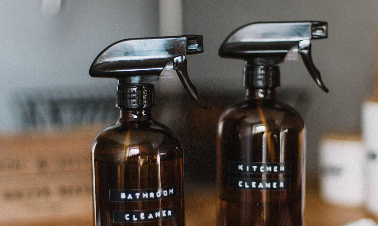 4  φυσικά καθαριστικά για την κουζίνα, το μπάνιο και τα παράθυρα φτιαγμένο από σένα
