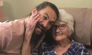 O Jason Momoa επισκέφτηκε τη γιαγιά του και οι φωτογραφίες τους «τρέλαναν» το διαδίκτυο (pics)