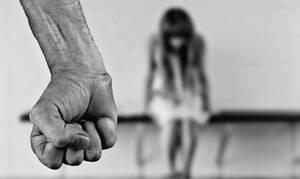 ΣΟΚ: Άφηναν τον σπιτονοικοκύρη να βιάζει την κόρη τους για να μην πληρώνουν ενοίκιο