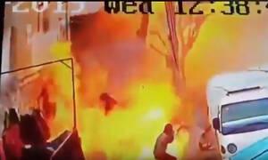 Σκηνές φρίκης στη Μανμπίτζ: Καρέ καρέ η στιγμή που ο καμικάζι πυροδοτεί τα εκρηκτικά (ΣΚΛΗΡΟ ΒΙΝΤΕΟ)