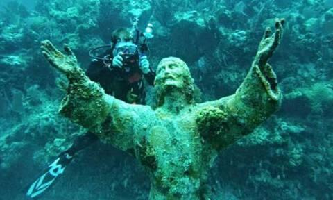 Απίθανες φωτογραφίες! Το άγαλμα του Ιησού στο βυθό της θάλασσας (pics&vid)