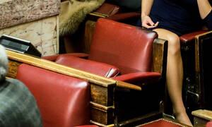 Ψήφος εμπιστοσύνης: Το σταυροπόδι που «μαγνήτισε» τα βλέμματα στη Βουλή