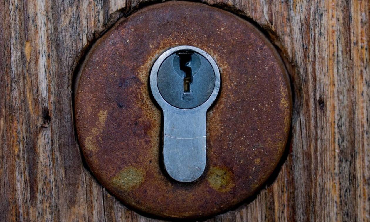 Η κοινωνία της κλειδαρότρυπας...