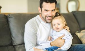 Μικρή 1,5 ετών και προσπαθεί να επικοινωνήσει με τον κωφό μπαμπά της και συγκινεί (vid)