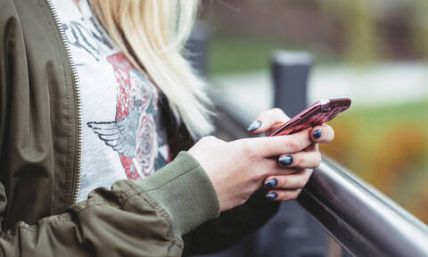 Κάνε να δείχνει σαν καινούργια η θήκη του κινητού χρησιμοποιώντας βερνίκια νυχιών
