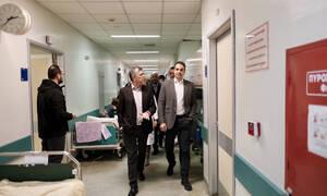 Αιφνιδιαστική επίσκεψη Μητσοτάκη στο νοσοκομείο «Αττικόν» (pics)