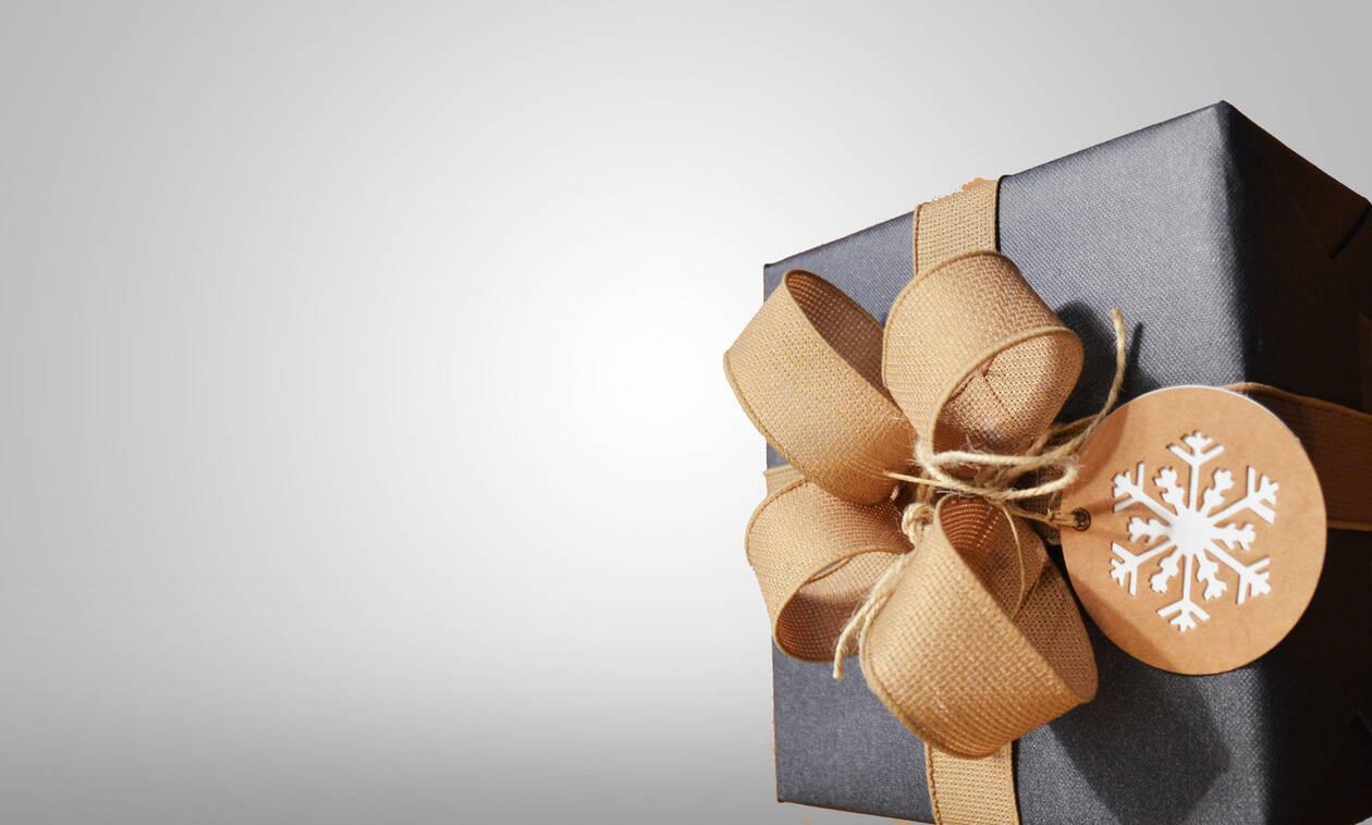 Μικρό αγόρι ανοίγει το δώρο του και «τρελαίνεται» από τη χαρά του – Δείτε γιατί (video)