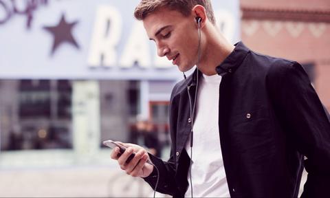 Δείτε το κόλπο για να ακούτε πιο δυνατά μουσική στο κινητό!