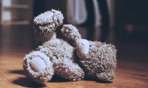 Ανατριχιαστικό βίντεο! Νταντά χτυπάει και κλωτσάει παιδί επειδή έκανε εμετό στο πάτωμα (vid)