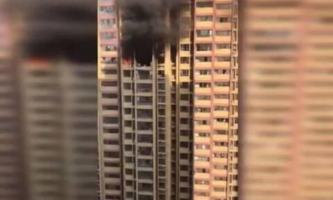 Πήδηξαν από τον 24ο όροφο κτηρίου για να σωθούν από φωτιά (vid)