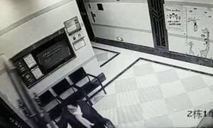 Τρομακτικό! Πόρτα «πλάκωσε» γυναίκα που πήγε να την ανοίξει (vid)