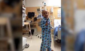 Πεντάχρονος που έδωσε «μάχη» με τον καρκίνο χορεύει α λα Μάικλ Τζάκσον! (vid)