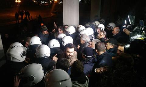 «Ντου» διαδηλωτών κατά Σκουρλέτη - Άγρια επεισόδια στο Βόλο