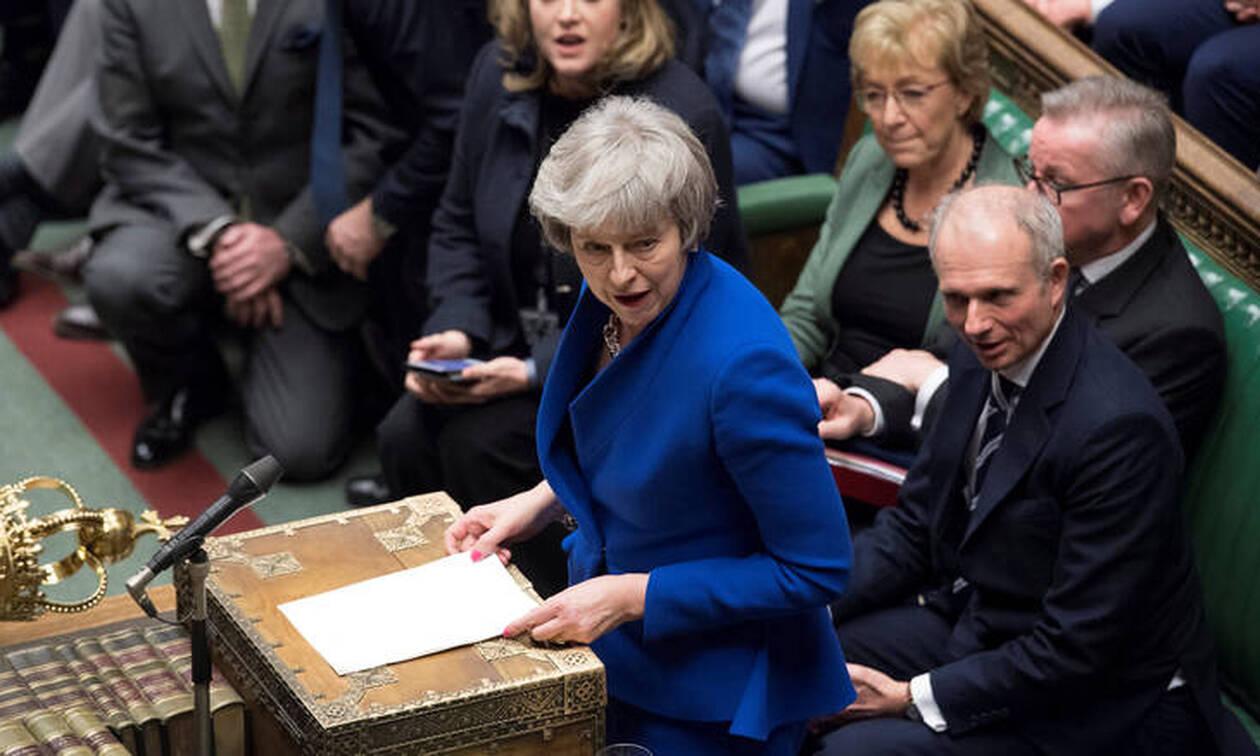 Η Μέι ενημέρωσε τις Βρυξέλλες για τις ταραχώδεις εξελίξεις στο Brexit