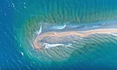 Πάτρα: Μοναδικές εικόνες - Το «δρεπάνι» που κόβει τη θάλασσα (vid)