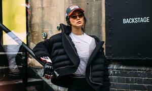Πώς θα πετύχεις το απόλυτο sporty look: Sneakers, puffer jackets κι ό,τι χρειάζεσαι