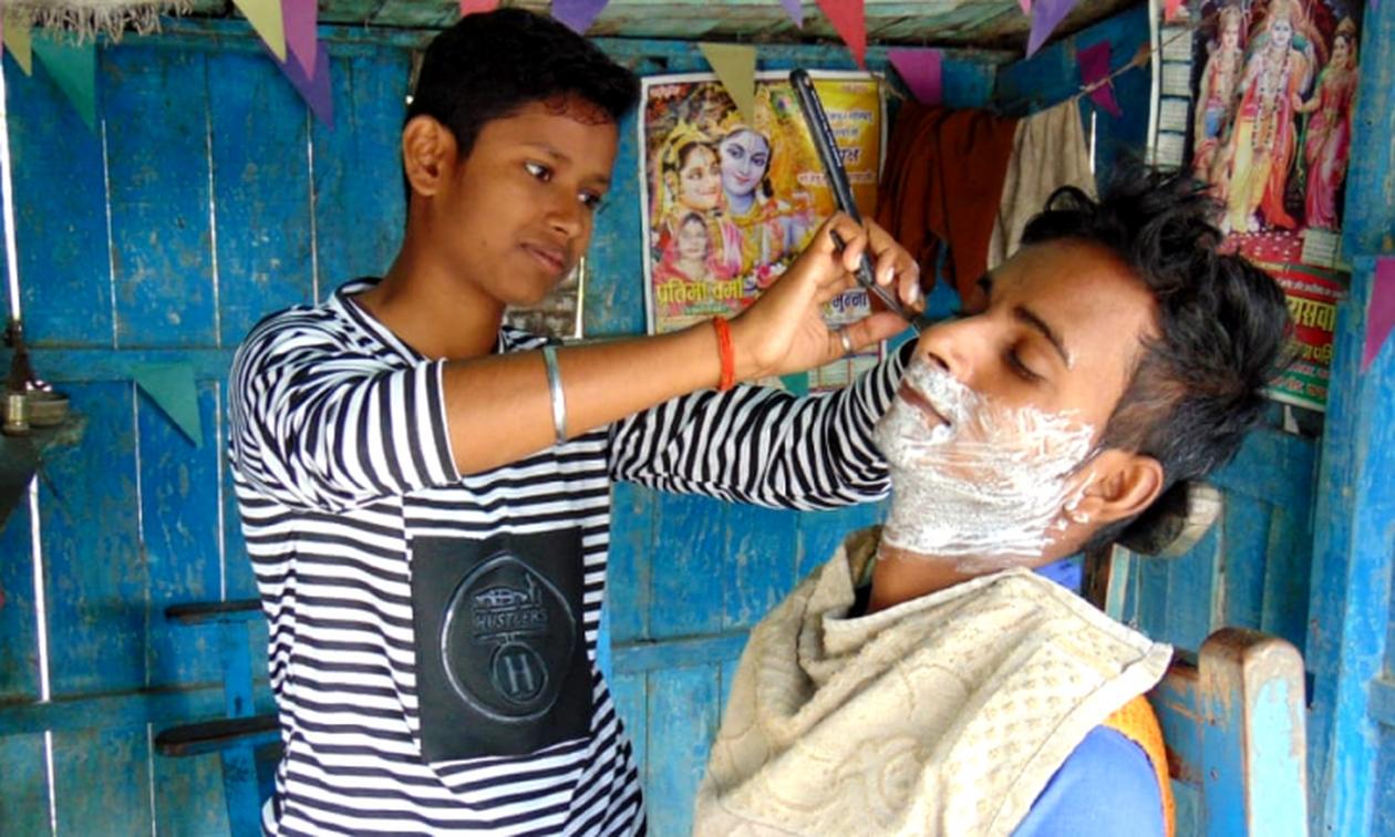 Κόντρα στους κανόνες: Μεταμφιέστηκαν σε αγόρια για να σώσουν τον άρρωστο πατέρα τους