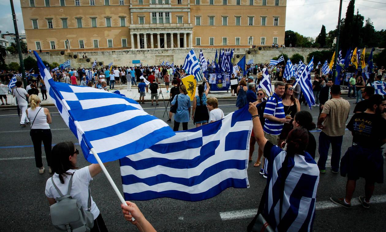 Συλλαλητήριο Σύνταγμα  Με νταούλια και… τραγούδια έφυγαν οι πρώτοι  διαδηλωτές από τη Θεσσαλονίκη e5c334af969