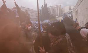 Συλλαλητήριο για τη Μακεδονία: Ξύλο και χημικά - Παρακρατικοί και ΕΛ.ΑΣ. διέλυσαν τη συγκέντρωση
