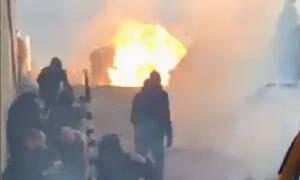 Συλλαλητήριο για τη Μακεδονία - ΣΟΚ: Η στιγμή που κουκουλοφόροι πυρπολούν αστυνομικό στη Βουλή (vid)