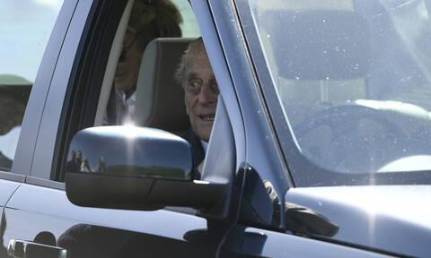 Μετά το τροχαίο ατύχημα ο πρίγκιπας Φίλιππος ξανά στο τιμόνι και… χωρίς ζώνη (vid)