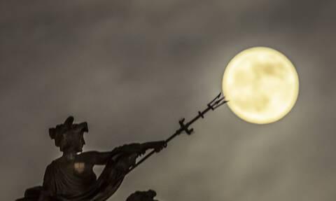 Ολική έκλειψη της Σελήνης! Δείτε το μοναδικό υπερθέαμα που συνέβη τα ξημερώματα της Δευτέρας (Pics)