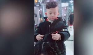 Ο 6χρονος κομμωτής που «ρίχνει» το διαδίκτυο (video)