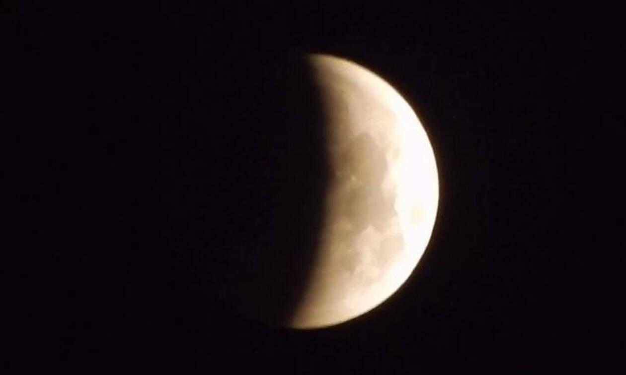 Ολική έκλειψη Σελήνης και πανσέληνος: Εικόνες που κόβουν την ανάσα (vid)