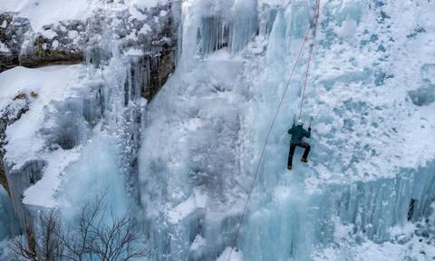 Εικόνες που καθηλώνουν! Αναρρίχηση στον πάγο στον Λαϊλιά Σερρών (pics)