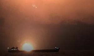 Спасенных при пожаре на судах моряков отправят на берег к полудню