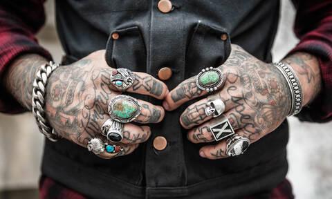 Δείτε τον άνδρα που έκανε τατουάζ 442 λογότυπα εταιρειών για να μπει στα Ρεκόρ Γκίνες (video)