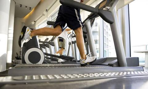 Έτρεξε σε 36 διαδρόμους γυμναστηρίου ταυτόχρονα και κέρδισε χρηματικό έπαθλο! (video)