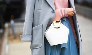 Η ανοιξιάτικη τσάντα που φοράνε σε όλον τον κόσμο μέσα στον χειμώνα