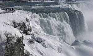 ΗΠΑ: Εντυπωσιάζουν τους τουρίστες οι... παγωμένοι καταρράκτες του Νιαγάρα! (vids)
