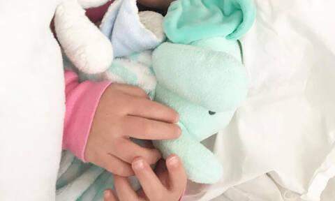 Κόρη διάσημης μαμάς νοσηλεύτηκε με γρίπη στο νοσοκομείο (pic)