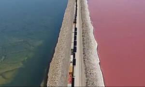 Δείτε την απίστευτη λίμνη που τα μισά νερά της είναι ροζ και τα μισά μπλε